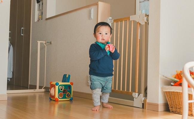 おもちゃで遊ぶ一歳児