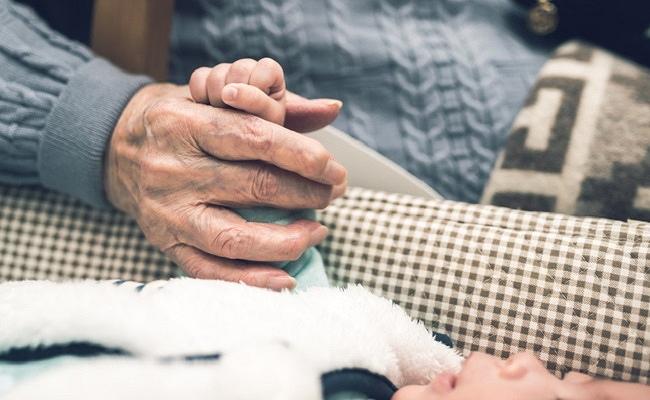 ひいおばあちゃんとひ孫のイメージ