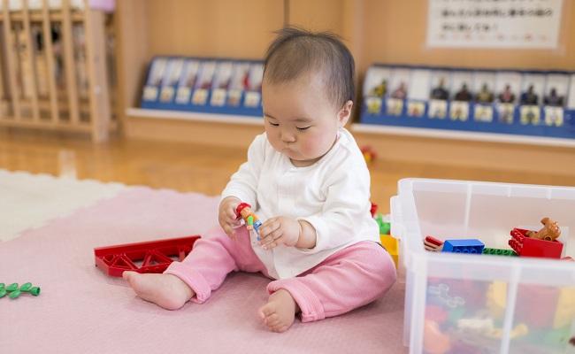 支援センターで遊ぶ赤ちゃん