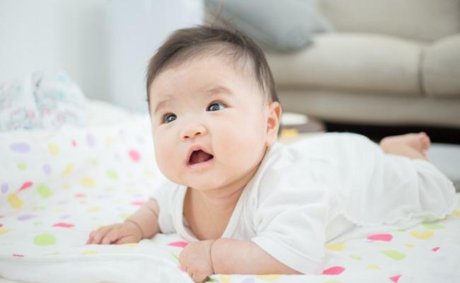 首がすわってきた赤ちゃんのイメージ