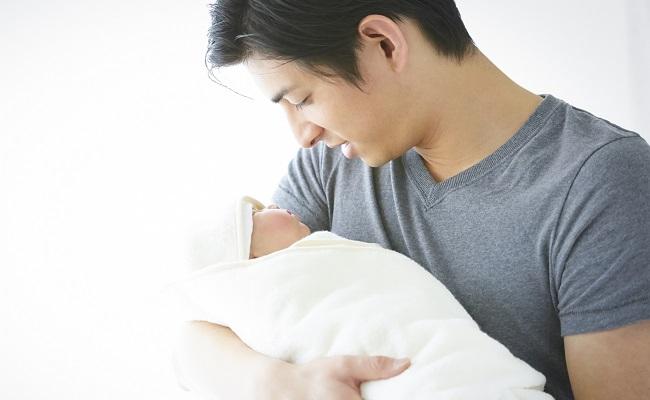 育児をするパパのイメージ