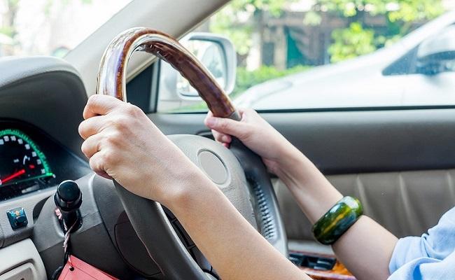 車を運転する女性のイメージ