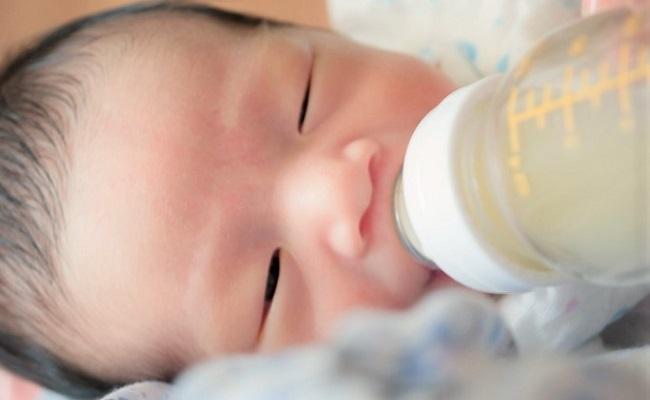 生後0カ月赤ちゃんの授乳イメージ