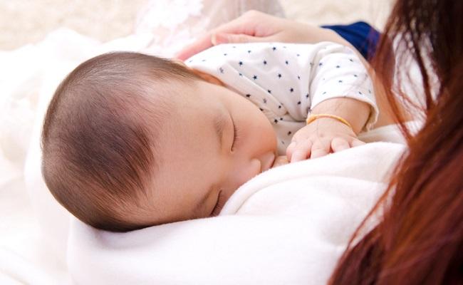 授乳している赤ちゃん