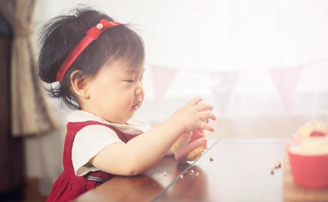 遊び食べしている赤ちゃん