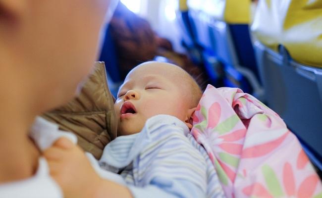 飛行機にのる赤ちゃんのイメージ