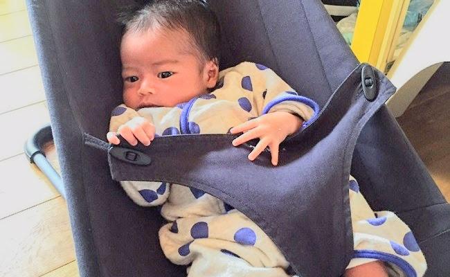 ベビービョルンのバウンサーに乗る赤ちゃん