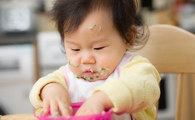 離乳食をぐちゃぐちゃにしてしまう赤ちゃんのイメージ