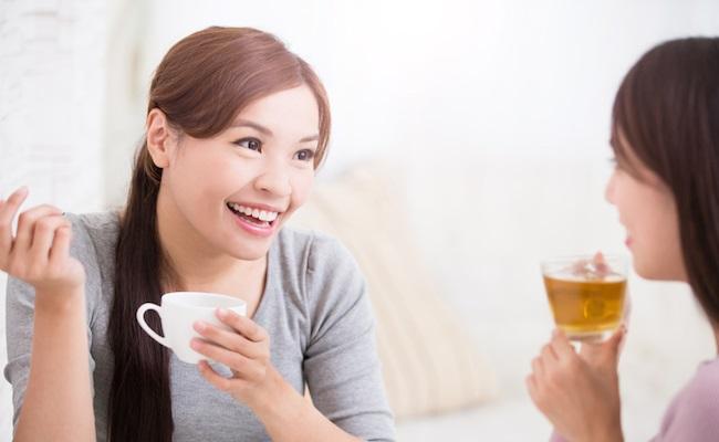 ママ友とおしゃべりをする女性のイメージ