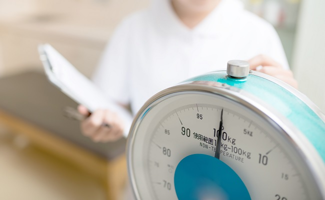 健診時の体重測定のイメージ