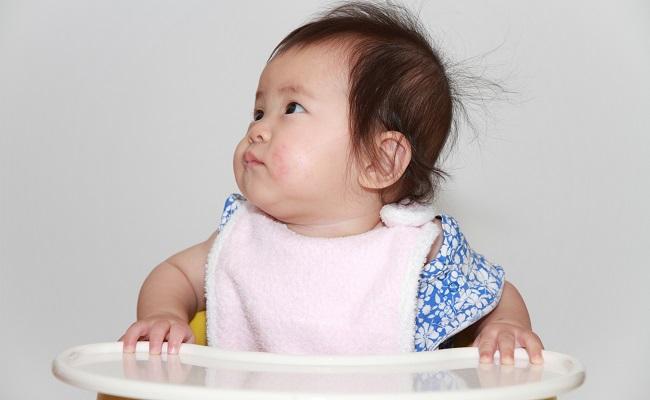 離乳食の準備中の赤ちゃんのイメージ