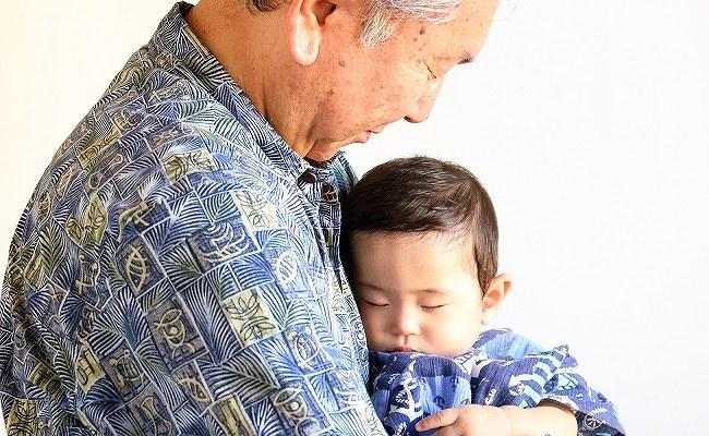 赤ちゃんを抱くおじいさん
