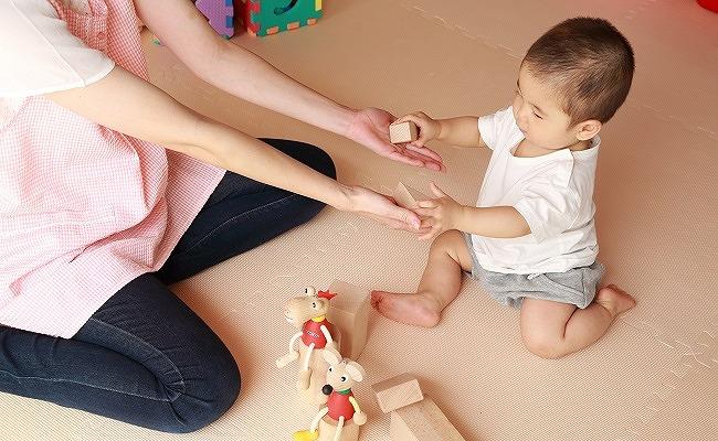 保育園で遊ぶ赤ちゃんのイメージ