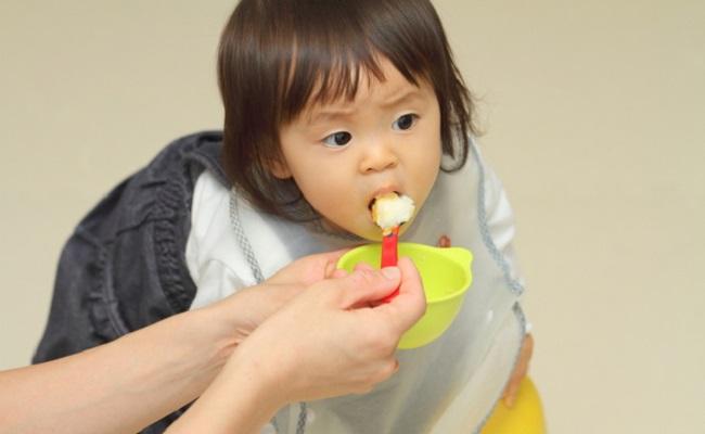 歩き食べする赤ちゃんのイメージ