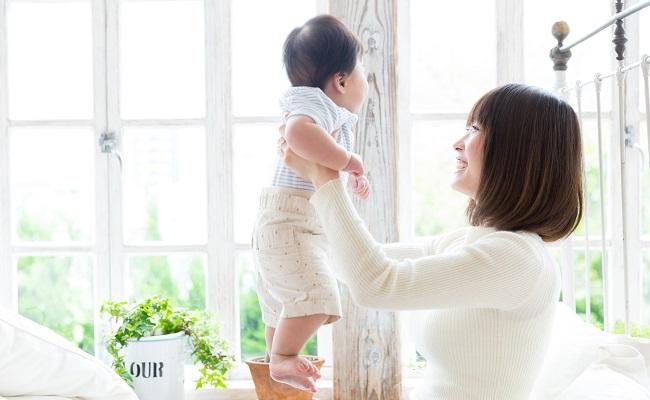 お出かけ前のママと赤ちゃんのイメージ