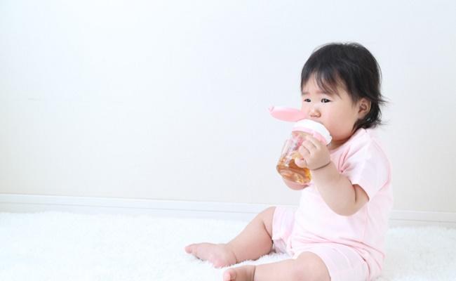 麦茶を飲む赤ちゃんのイメージ