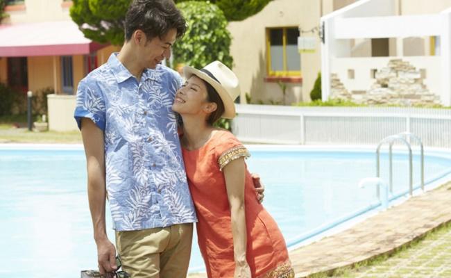 リゾート旅行を楽しむ若い夫婦のイメージ