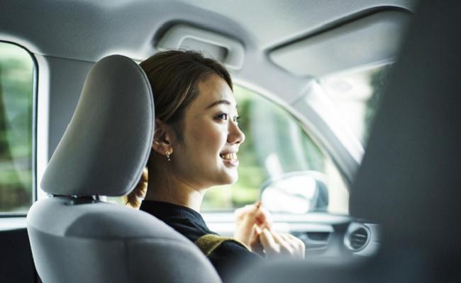 車で旅行中の妊婦さんのイメージ