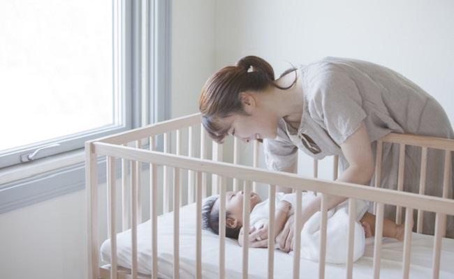 赤ちゃんを寝かしつけているママのイメージ
