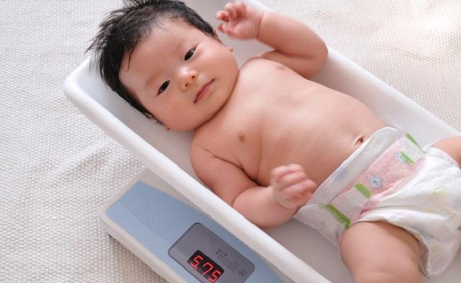 スケールに乗る赤ちゃんのイメージ