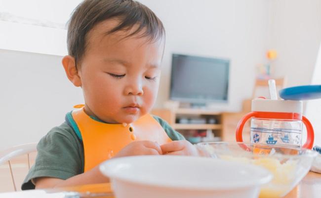 遊び食べしている赤ちゃんのイメージ