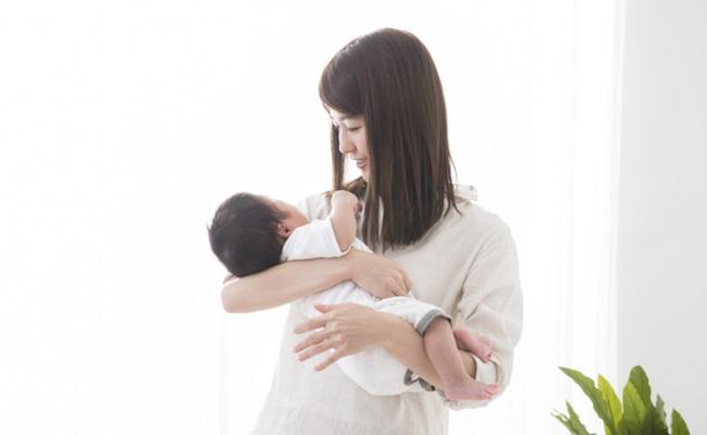 赤ちゃんを抱っこしているママのイメージ