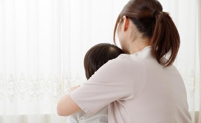リラックスしている母子のイメージ