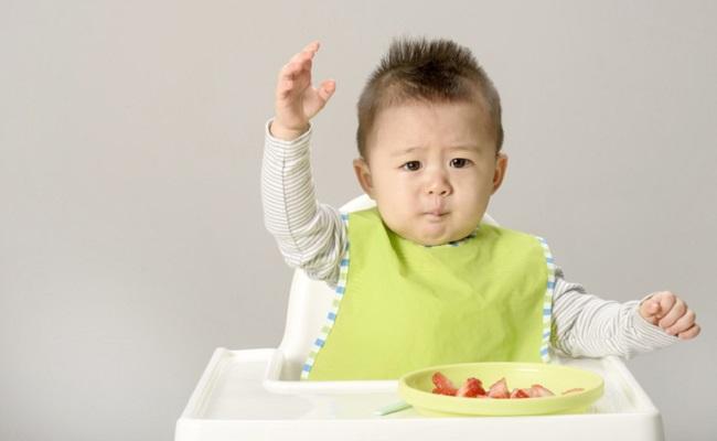 手づかみ食べの赤ちゃんのイメージ