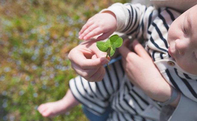 赤ちゃんと葉っぱのイメージ
