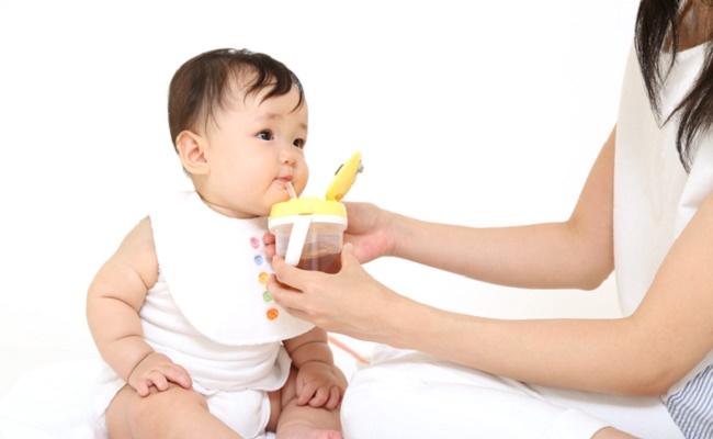 麦茶を飲んでいる赤ちゃんのイメージ