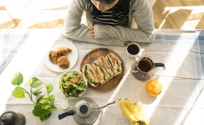 女性と食事のイメージ
