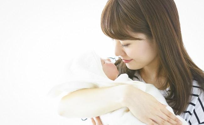 新生児を抱くママのイメージ
