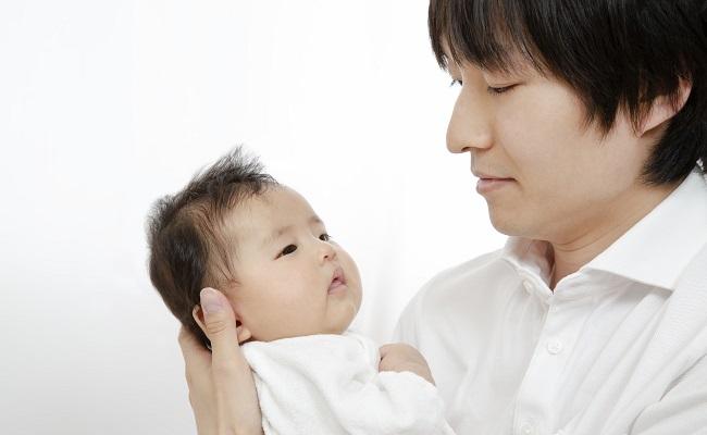 赤ちゃんを抱くパパのイメージ