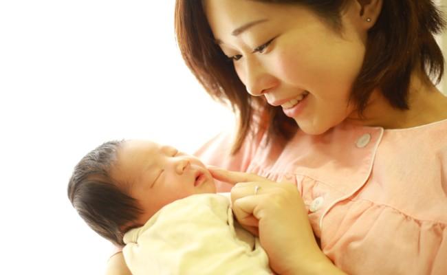 ママが赤ちゃんを抱っこしているイメージ