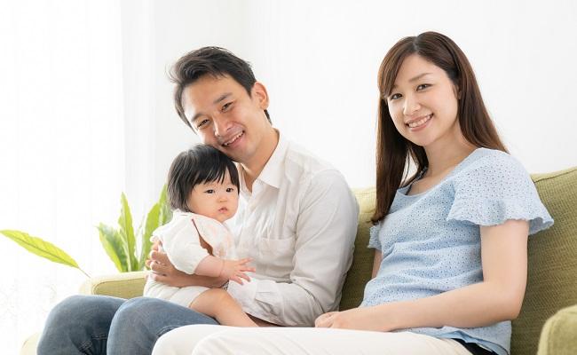 育児に積極的な親と赤ちゃんのイメージ