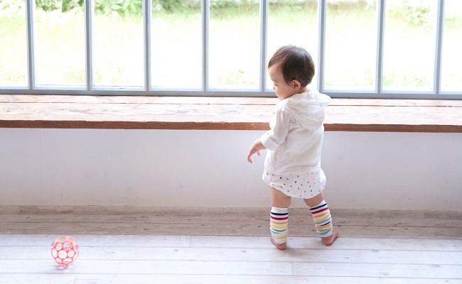 つたい歩きをする赤ちゃんのイメージ