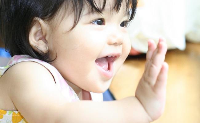 バイバイする赤ちゃんのイメージ