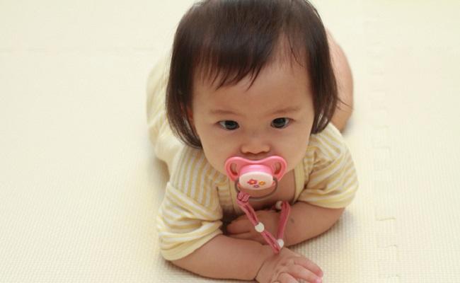 おしゃぶりをしている赤ちゃんのイメージ