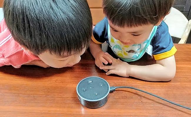 AIスピーカーと子どもたちのイメージ