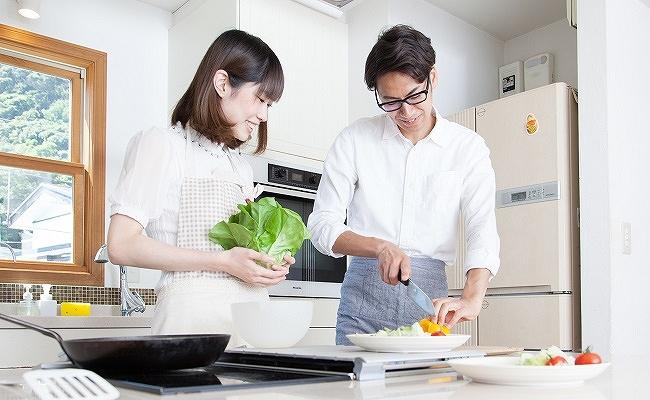 料理を楽しむ妊活中の夫婦のイメージ