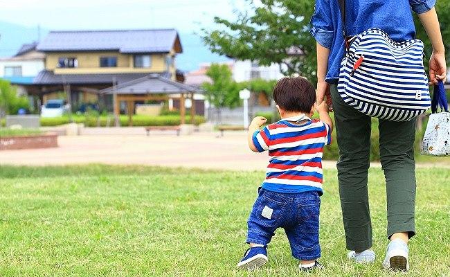 公園にいく親子のイメージ