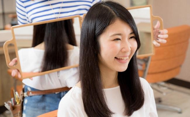 美容院で髪を整える女性のイメージ
