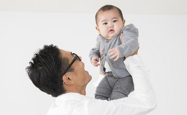 高い高いしているパパと赤ちゃんのイメージ