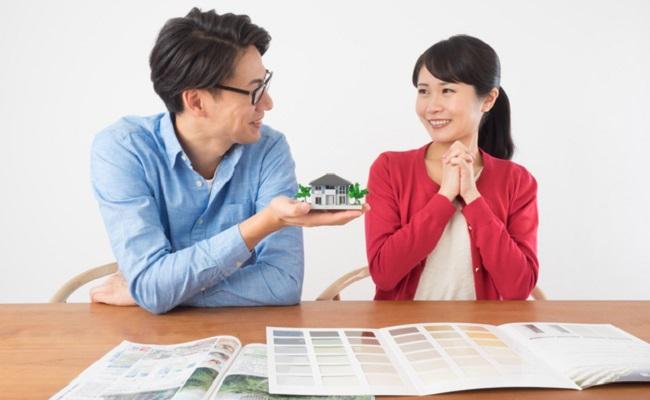 家を買おうとしている夫婦のイメージ