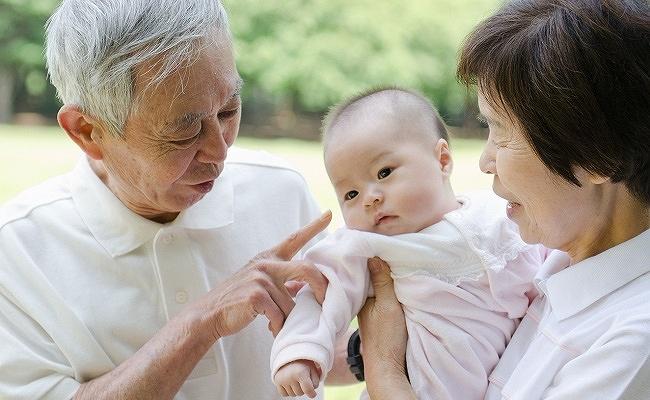 じいじ・ばあばと赤ちゃんのイメージ