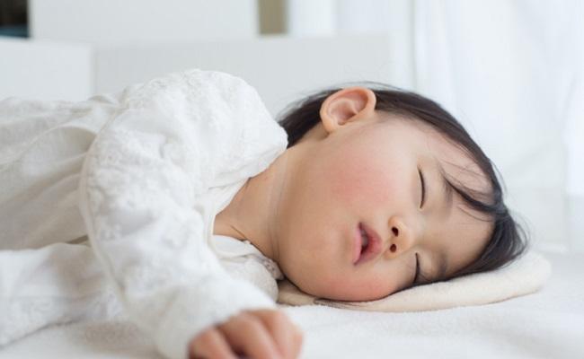 保育園で午睡中の赤ちゃんのイメージ