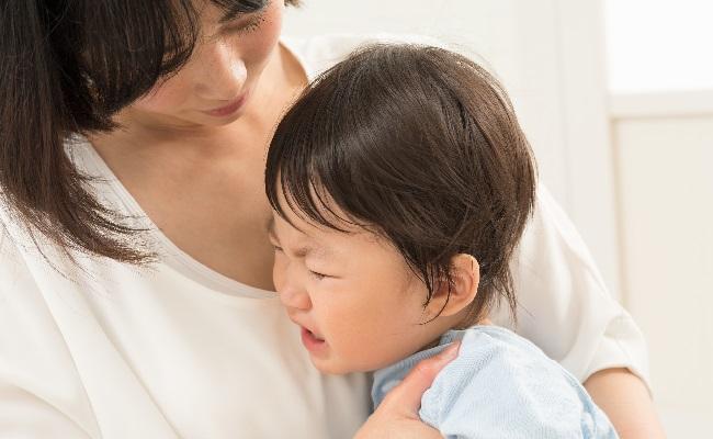 泣く赤ちゃんをあやすママのイメージ
