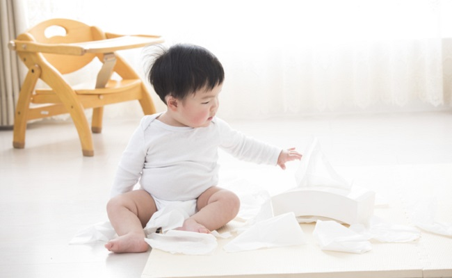 お部屋遊びしている赤ちゃん