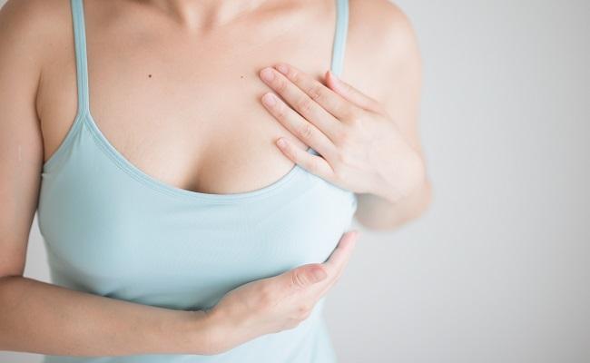 胸をセルフチェックする女性