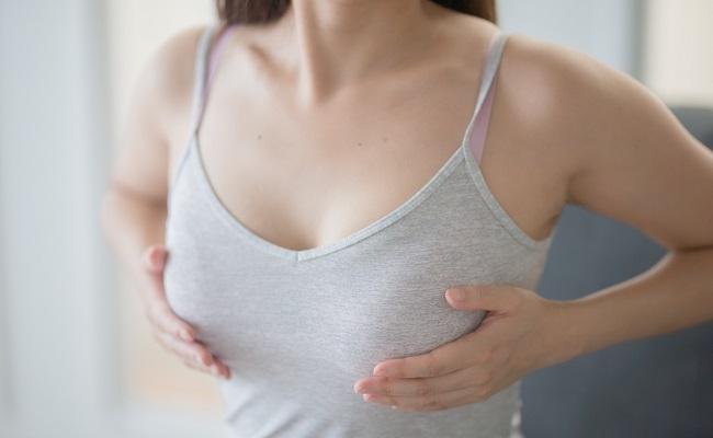 胸のサイズを確認する女性のイメージ